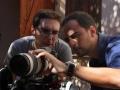 El director de foto César Maderal elige el encuadre con el director Pedro Estepa.